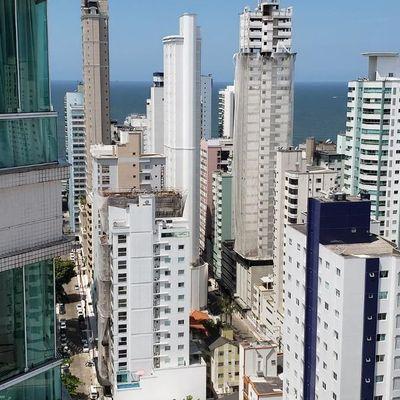 Apartamento mobiliado com 03 suítes + 3 vagas de garagem + churrasqueira no centro de Balneário Camboriu