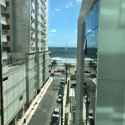 Finamente mobiliado com 03 dormitórios na quadra do mar no Centro de Balneário Camboriú