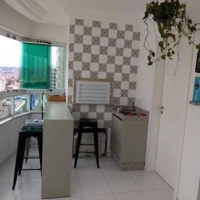 Apartamento mobiliado com três dormitórios (1 suite + 2 demi) + 2 vagas de garagem no centro de Balneário Camboriu