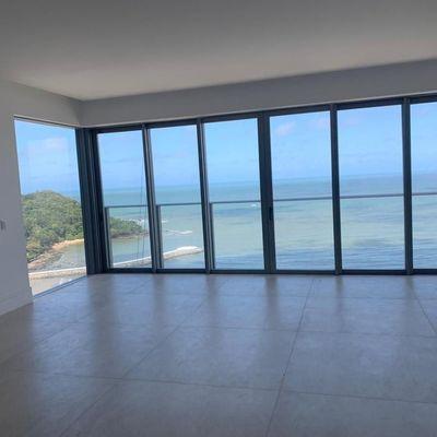 Apartamento frente mar com ampla vista + 4 suítes (1 com hidromassagem) + 4 vagas de garagem no centro de Balneário Camboriu