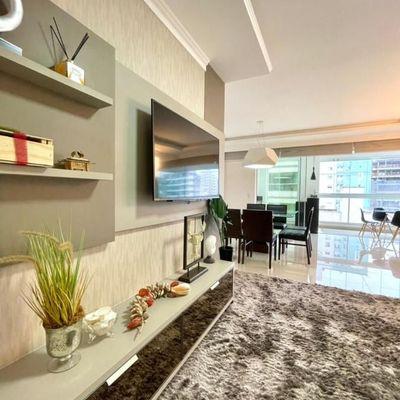 Apartamento decorado e mobiliado com 3 suítes + 2 vagas de garagem + sacada com churrasqueira em Meia Praia