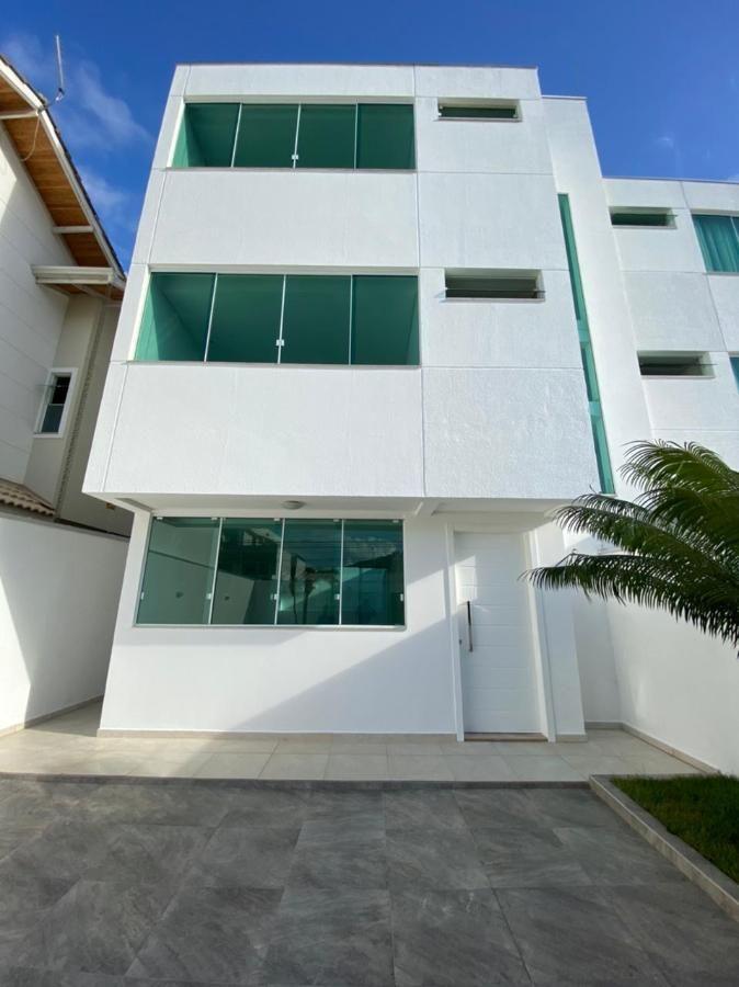 Casa nova de três pavimentos com 3 amplas suítes + 4 vagas de garagem + quintal na Praia dos Amores em Balneário Camboriu