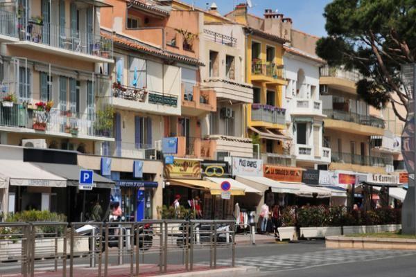 Confira as vantagens e desvantagens de morar próximo a um centro comercial