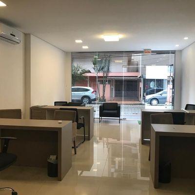 Locação de Sala comercial já com 4 estações de trabalho no centro Balneário Camboriú