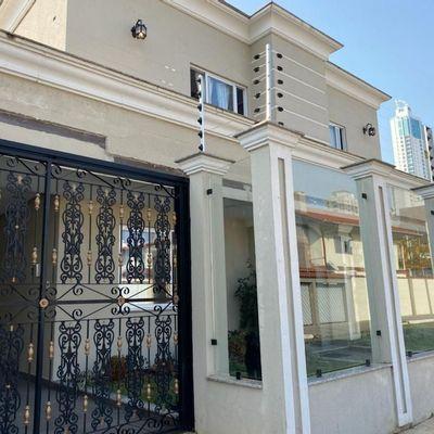Excelente casa de alto padrão localizado no centro de Balneário Camboriú
