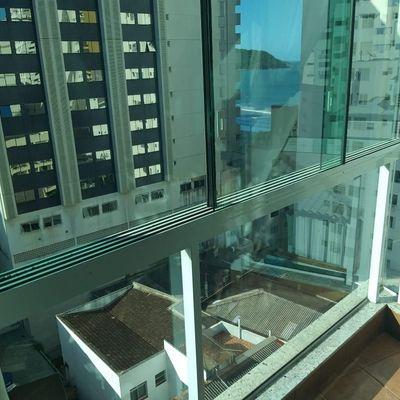 Apartamento para locação anual com sacada vista mar no calçadão da central