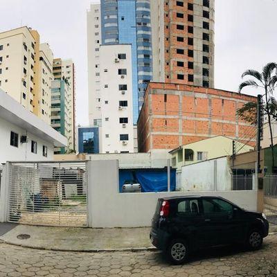 Vende-se terreno de 900m² com casa e sala comercial construída, apenas 500 metros do mar de Balneário Camboriú