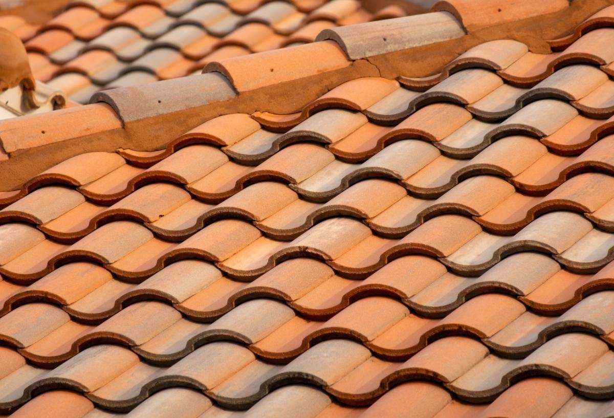 Como realizar a limpeza no telhado de casa da forma correta?